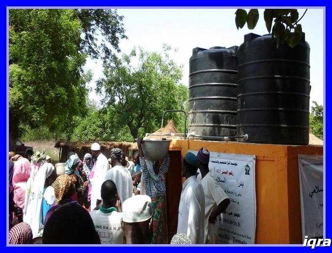 النسوة يحملنا الماء لبيوتهن